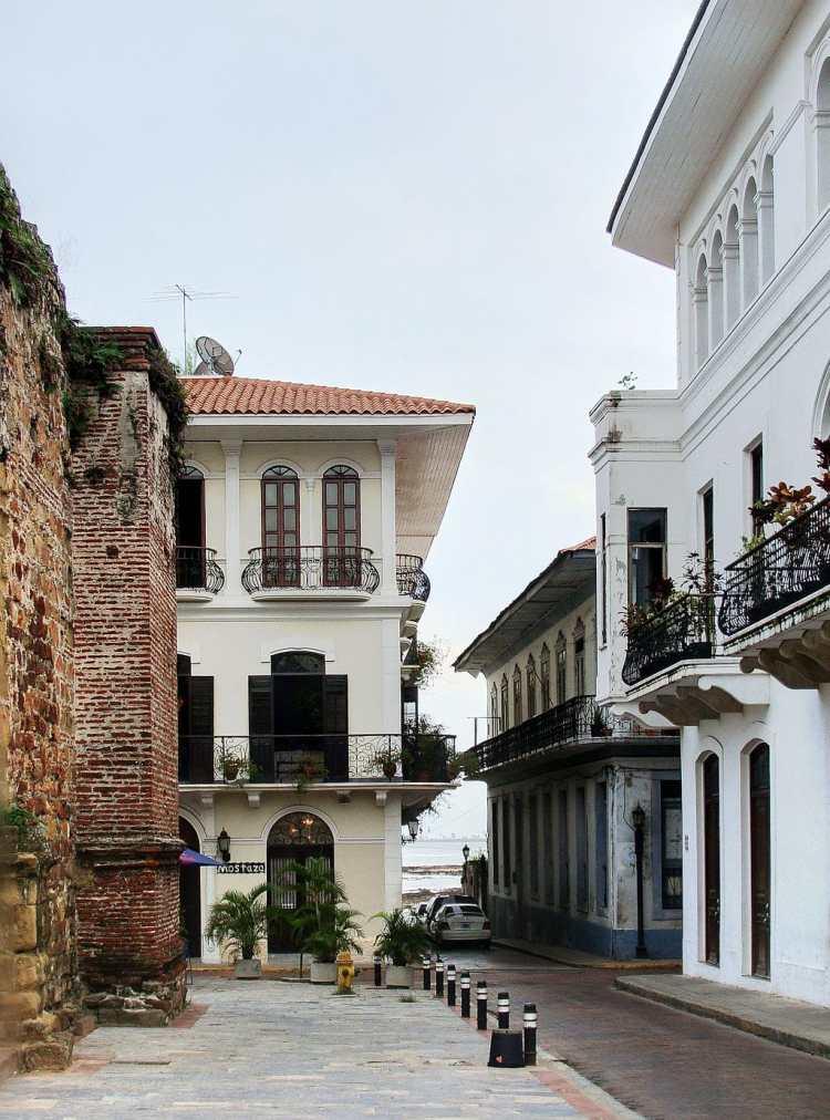 1024px-Calle_Casco_Viejo
