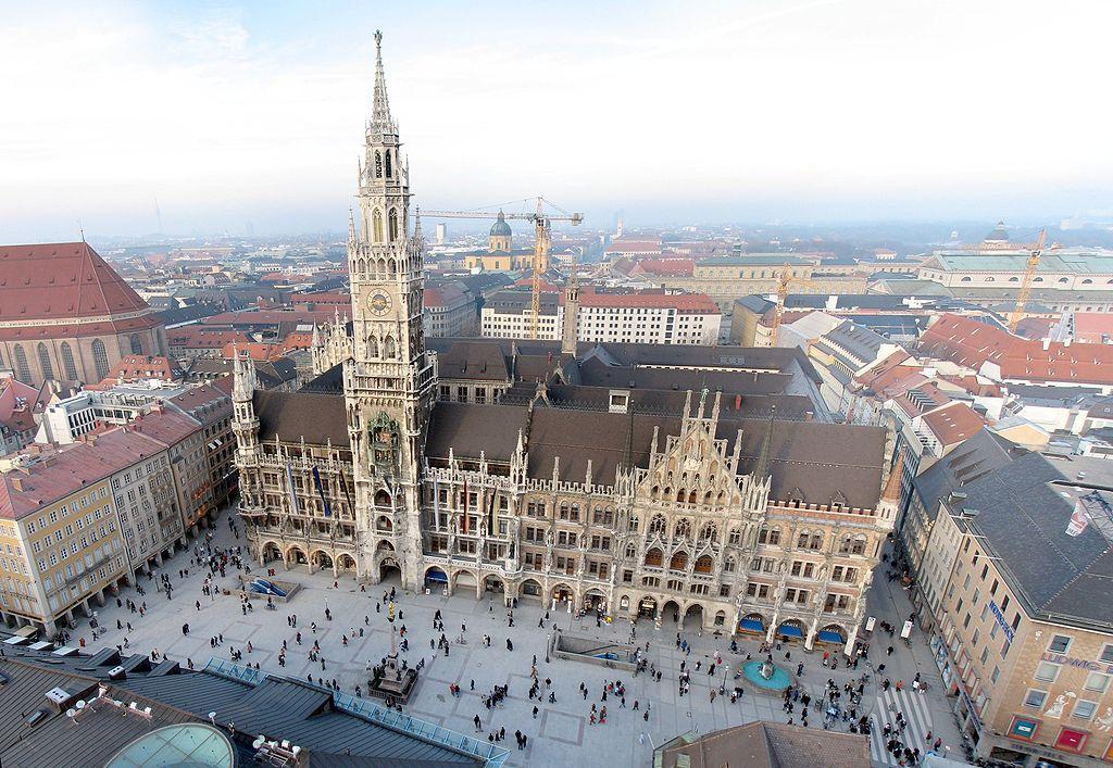 1024px-Neues_Rathaus_und_Marienplatz_München