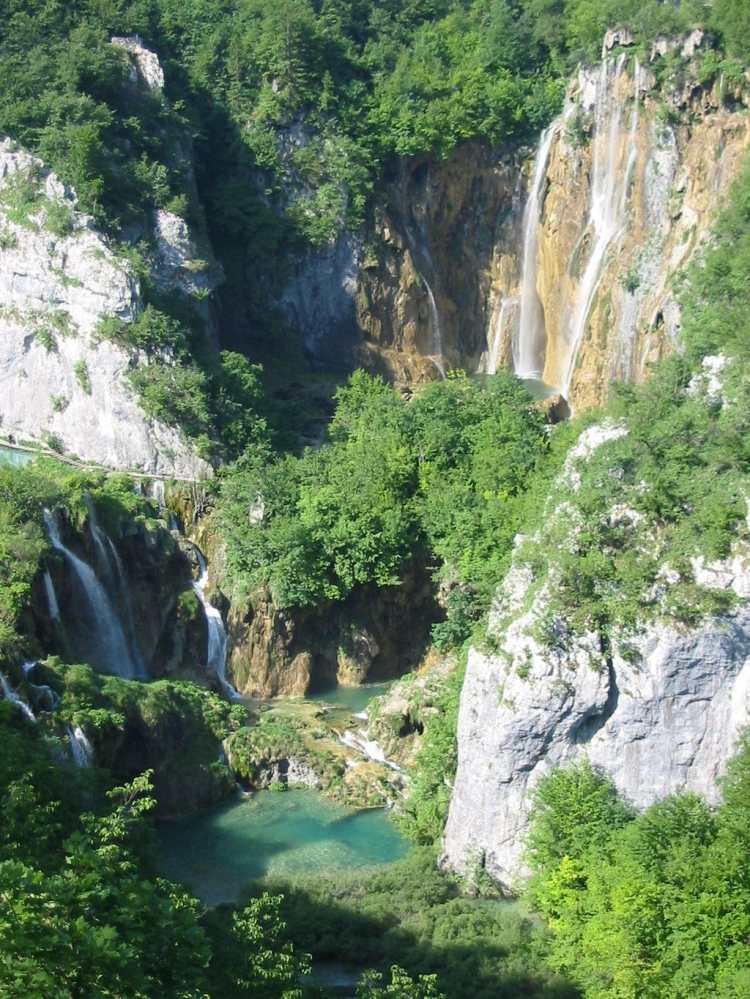 1024px-Plitvice_lakes.JPG