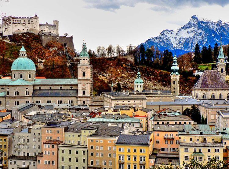 1024px-Salzburg,_Altstadt_mit_Dom_und_Festung_(8294165106)