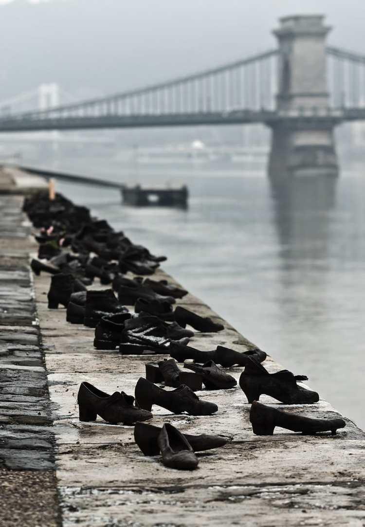 1024px-Shoes_Danube_Promenade_IMGP1297