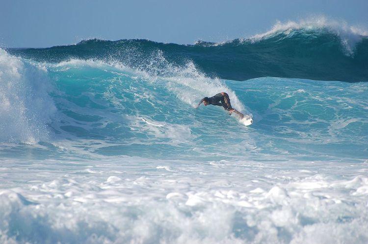 1024px-Surfer_at_Banzai_Pipeline,_North_Shore_(Oahu)