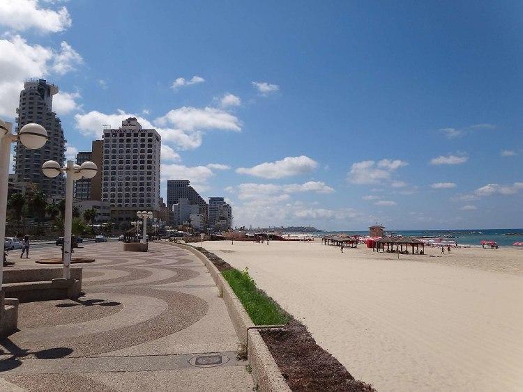 1024px-Tel_Aviv_Tayelet-Strand-Promenade_Beach_(34257299744)