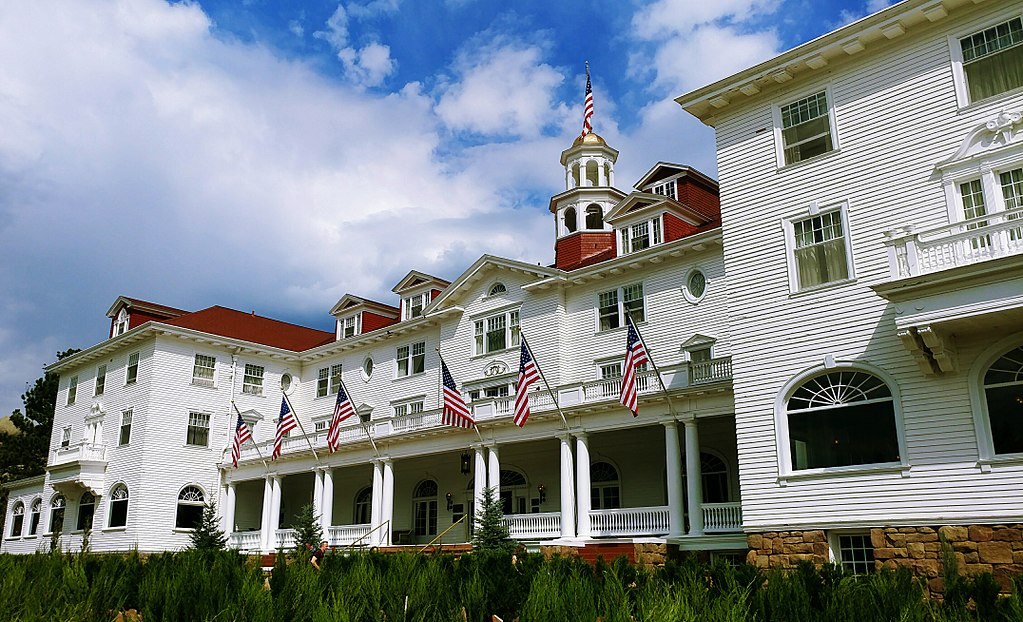 1024px-The_Stanley_Hotel,_Another_View