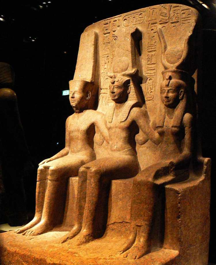 1024px-Triad_of_Ramesses_II_with_Amun_and_Mut.jpg