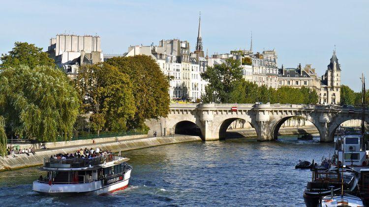 1600px-France,_Paris,_trafic_sur_la_Seine_entre_le_Pont_des_Arts_et_le_Pont-Neuf.jpg