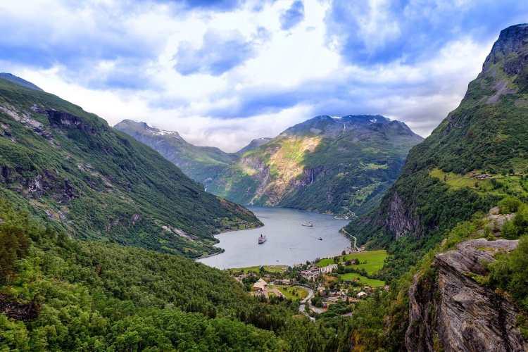 1920px-Geirangerfjord_.jpg