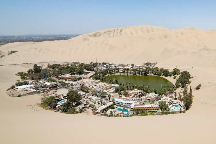 1920px-Overview_of_Huacachina