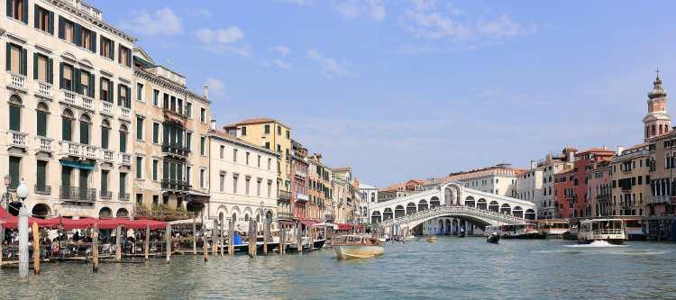 1920px-Panorama_of_Canal_Grande_and_Ponte_di_Rialto,_Venice_-_September_2017.jpg