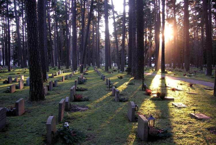 1920px-Skogskyrk_Grav_2006.jpg