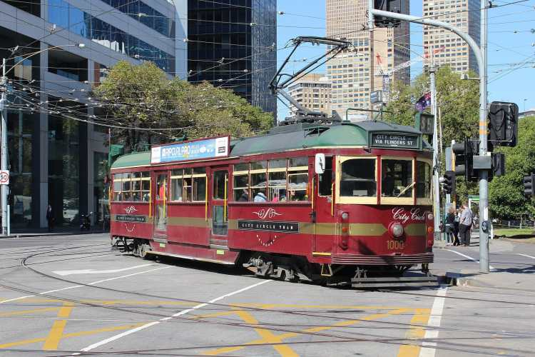 1920px-W6_1000_turning_from_Nicholson_St_into_Victoria_Pde_on_the_City_Circle,_2013_(close).JPG