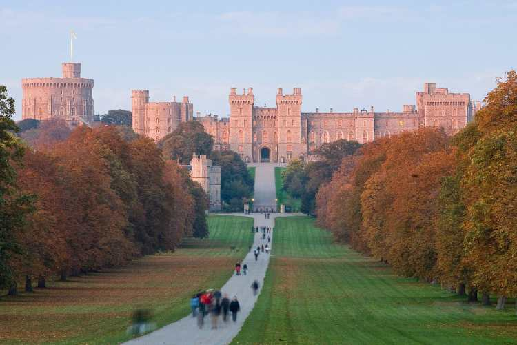 1920px-Windsor_Castle_at_Sunset_-_Nov_2006.jpg