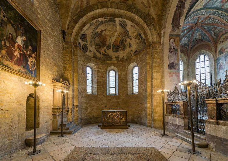Apse,_St._George's_Basilica,_Prague_20160809_1