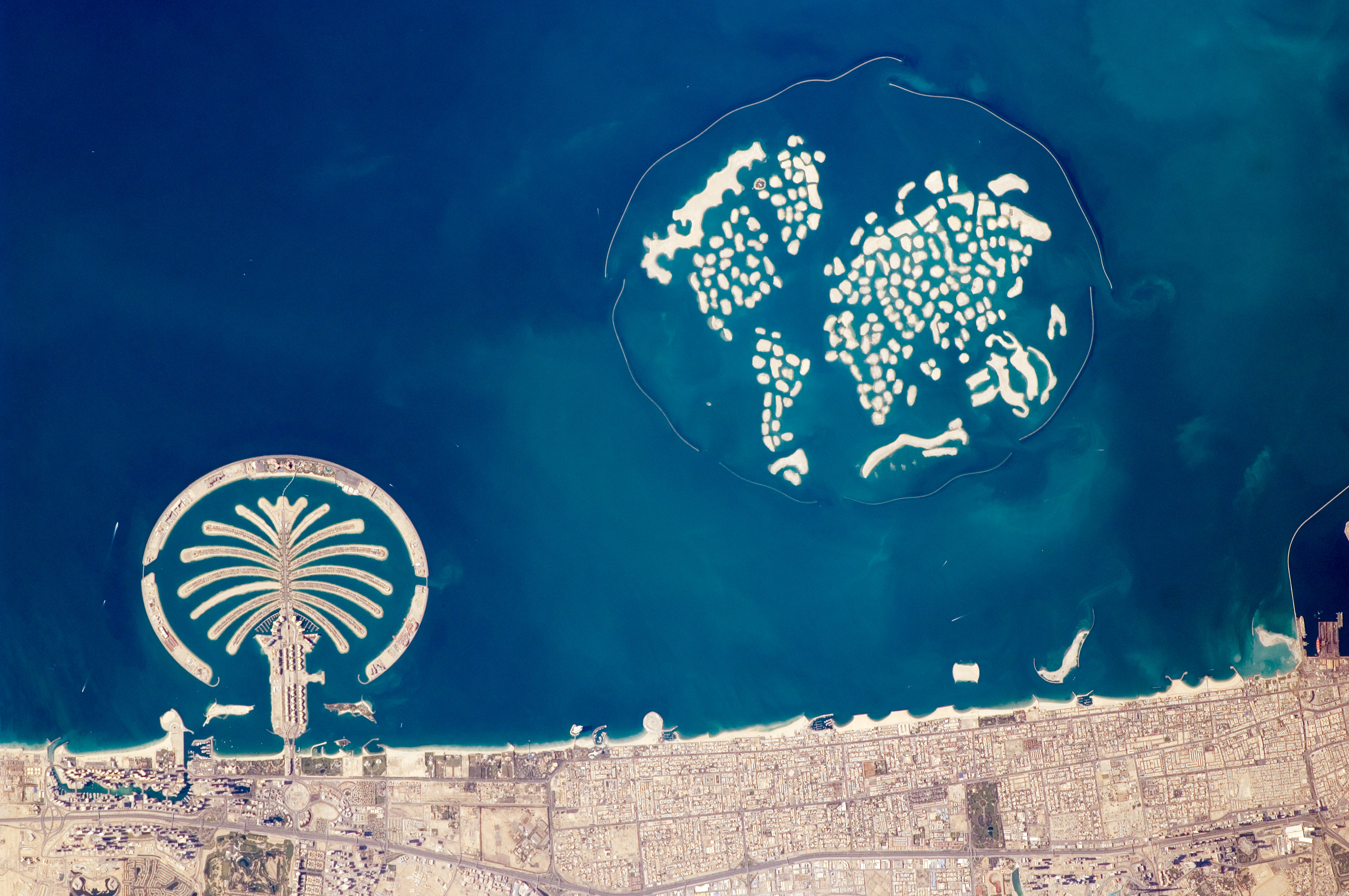 Artificial_Archipelagos,_Dubai,_United_Arab_Emirates_ISS022-E-024940_lrg.jpg