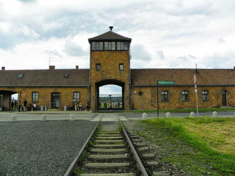 Auschwitz_I_-_Birkenau,_Oświęcim,_Polonia_-_panoramio_(20).jpg