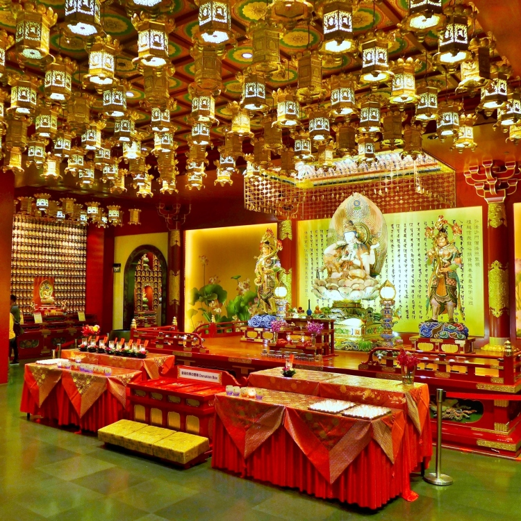 Buddha_Tooth_Relic_Temple_and_Museum,_Singapore,_interior,_2014_(06)