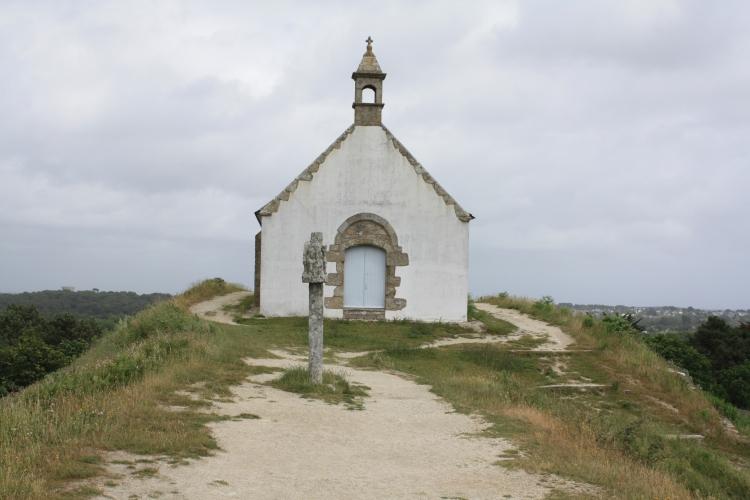Carnac_-56-_Tumulus_Saint-Michel_et_la_Chapelle_Saint-Michel_photo_n°104