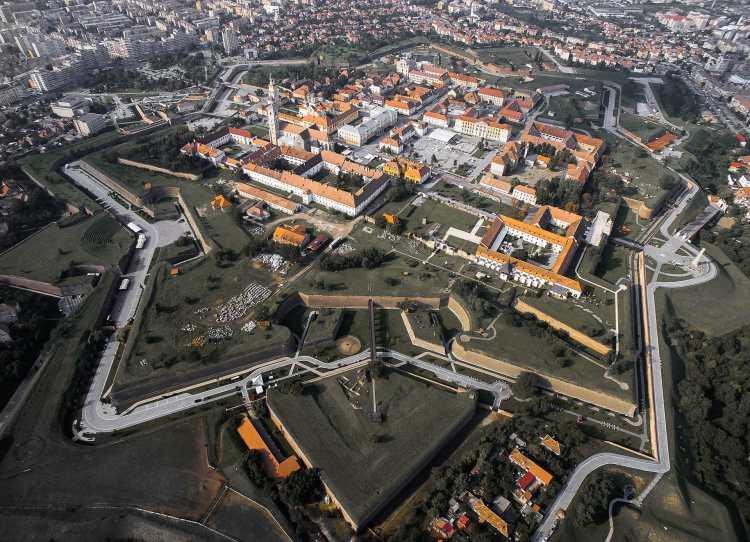 Cetatea_Alba_Iulia_din_aer_toamna