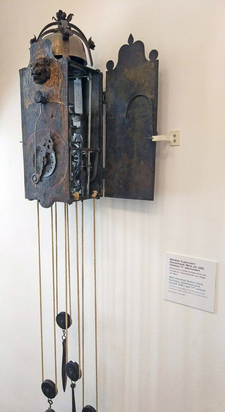 Clock_museum,_Vienna_-_Wall-mounted_lantern_clock