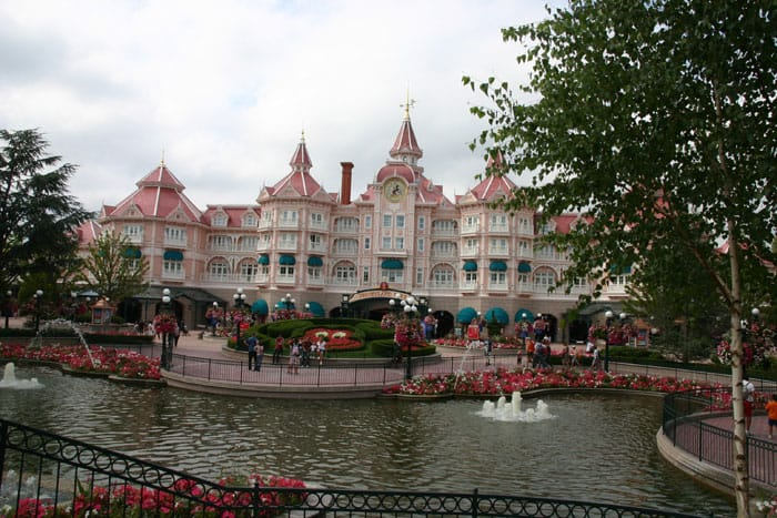 Disneyland_Hotel,_Paris,_France,_2011 (1)