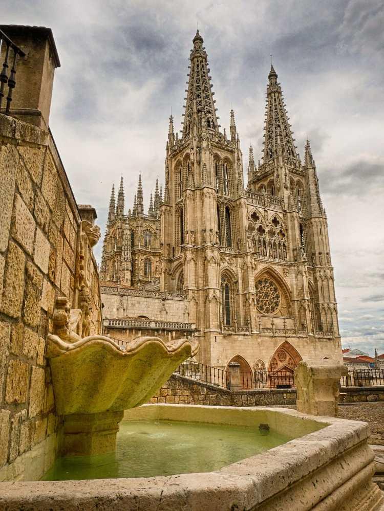 Fachada_de_la_Catedral_de_Burgos.jpg