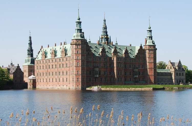 Frederiksborg_Castle_and_boat_crop.jpg