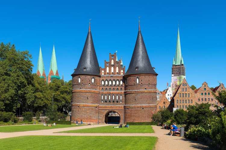 Holstentor_in_Lübeck_2015.jpg