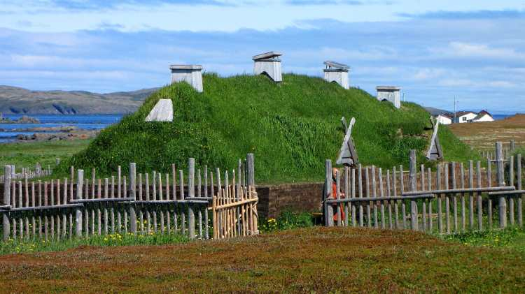 L'Anse_aux_Meadows,_recreated_long_house.jpg