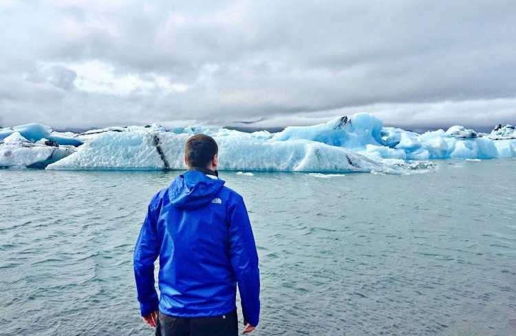 Man_standing_in_front_of_Jökulsárlón_Glacier_Lagoon.jpg