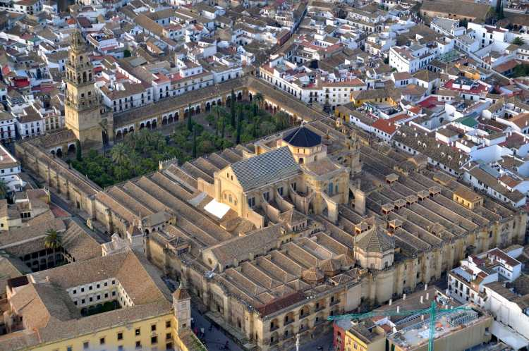 Mezquita_de_Córdoba_desde_el_aire_(Córdoba,_España).jpg