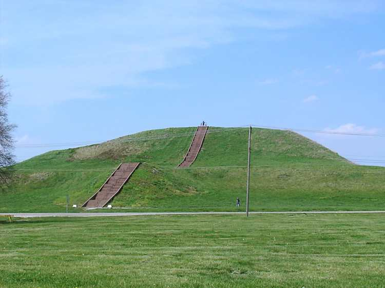 Monks_Mound_in_July.JPG