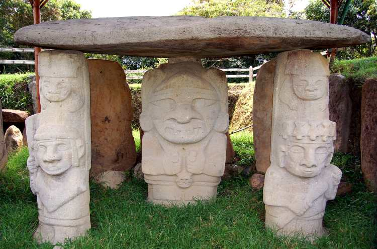 Parque_Arqueológico_de_San_Agustín_-_Tumb_with_deity