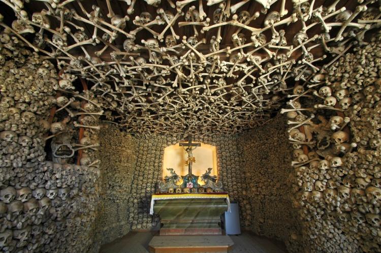 Poland_-_Czermna_-_Chapel_of_Skulls_-_interior_02