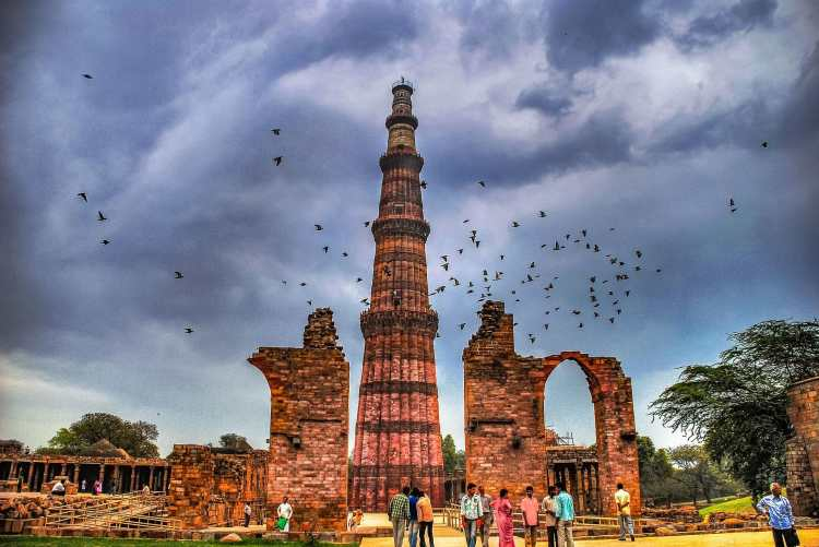 Qutub_Minar_in_the_monsoons