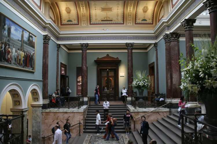 Staircase_hall_of_the_National_Gallery,_London.jpg