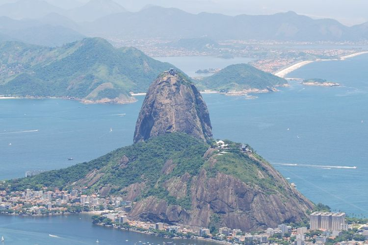Sugarloaf_Mountain_as_seen_from_Corcovado_(crop)