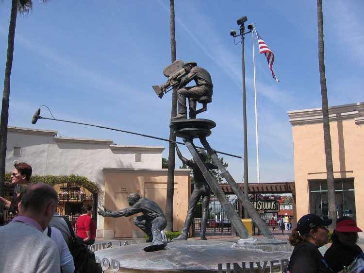 Universal_Studios_statue.jpg