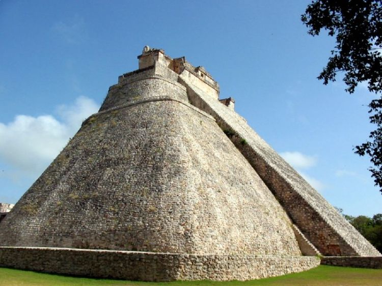 Uxmal_Pyramid_of_the_Magician