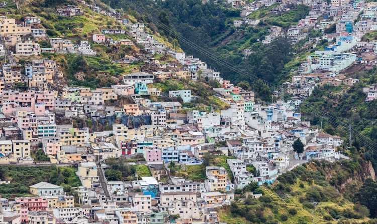 Vista_de_Quito_desde_El_Panecillo,_Ecuador,_2015-07-22,_DD_41