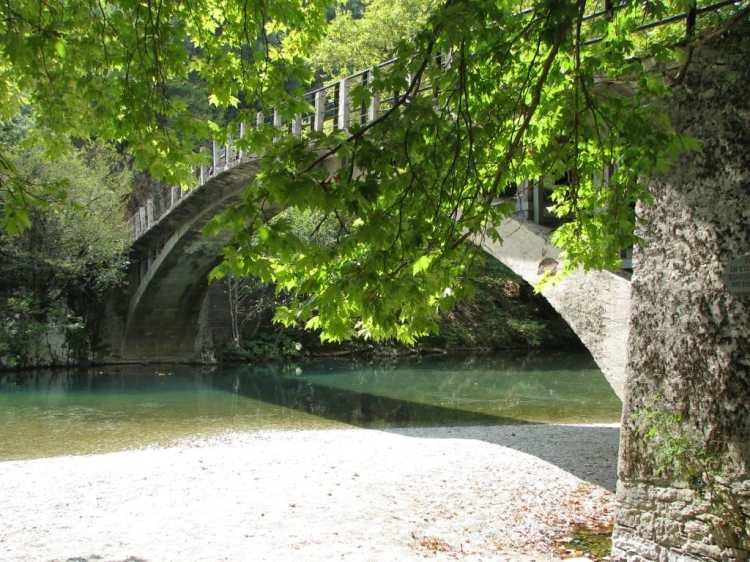 Voidomatis_bridge_on_the_way_to_Papigo.jpg