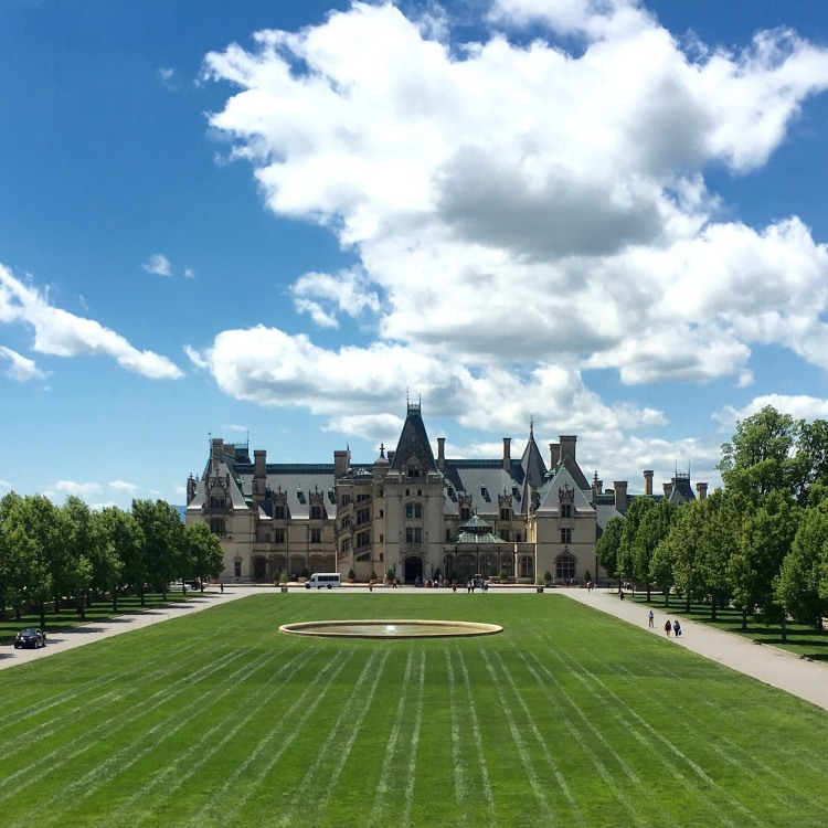 biltmore-mansion-under-sky-and-clouds-in-north-carolina