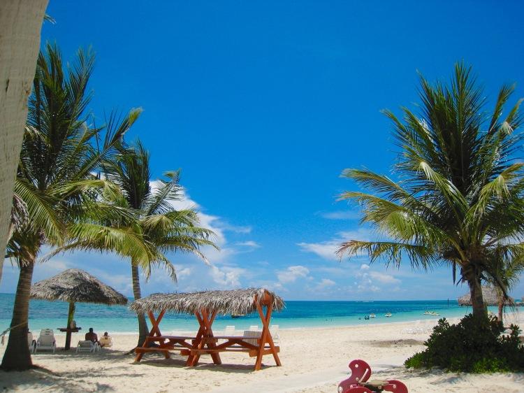 Taino_Beach,_Grand_Bahama_Island,_Bahamas